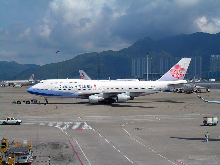 800px-China_Airlines_747-400_at_HKG.jpg
