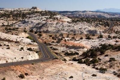 5904919-carreteras-sinuosas-alrededor-del-paisaje-desertico-en-12-de-la-carreter.jpg