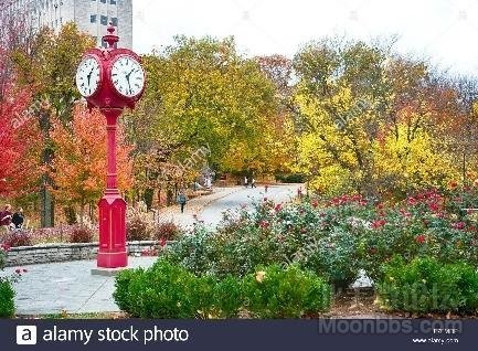a-red-clock-is-a-familiar-sight-on-the-bloomington-campus-of-indiana-F7FMRP_fact_1.jpg