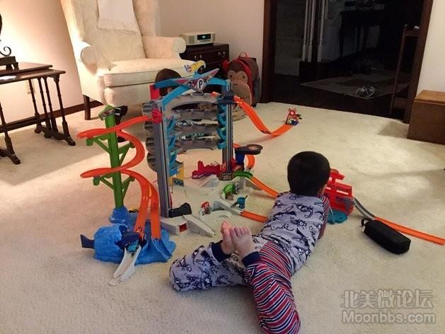 Hotwheels garage,怕他们呆在太婆家无聊买给他们玩,然后全部小男孩都爱去太婆家了 ... ... ... ... ... . ...