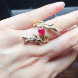 让麻麻试戴了我的橄榄叶戒指