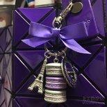 哂个紫色的马卡龙和三宅一生包
