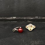 集市上新买的两个birthstone rings 一月红八月青。